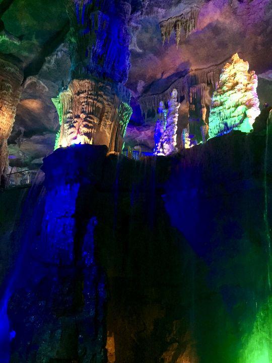 Der unterirdische Fluss hat tiefe Schluchten in die Höhlenlandschaft gearbeitet.