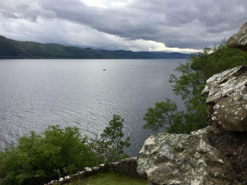 Nessie naht!!! Obwohl: Ist vielleicht doch nur ein Boot? Loch Ness ist trügerisch. Mit seiner Tiefe von 230 Metern erzeugt es Strömungen, die eigenen Gesetzen folgen - und manchmal ei Seeungeheuer vorgaukeln.