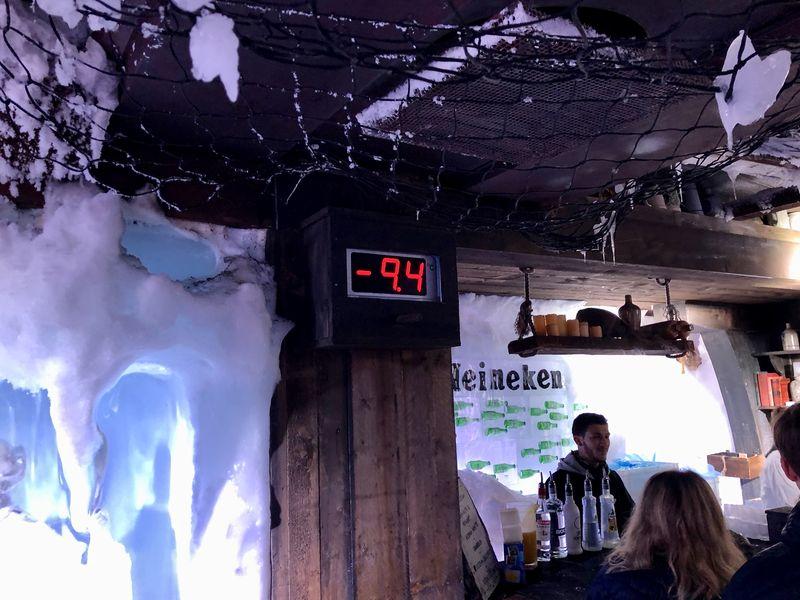 Wände, Bänke, Skulpturen und sogar die Gläser sind aus Eis. Damit das nicht schmilzt, bleibt die Temperatur konstant um die zehn Grad Celsius - Minus natürlich!
