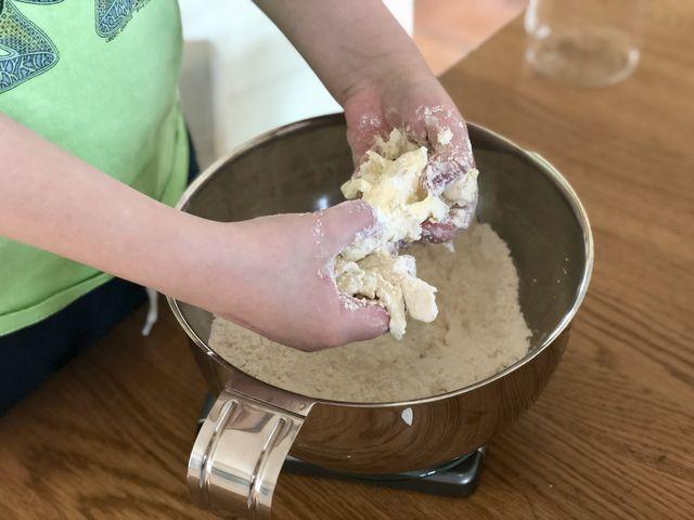 Bei der Butter schwören wir persönlich auf Meersalzbutter. Und zwar auf kalte, denn dann werden die Scones am Ende schön mürbe. Einfach mit den Fingern unter das Mehl reiben, bis ein krümeliger Teig entsteht.