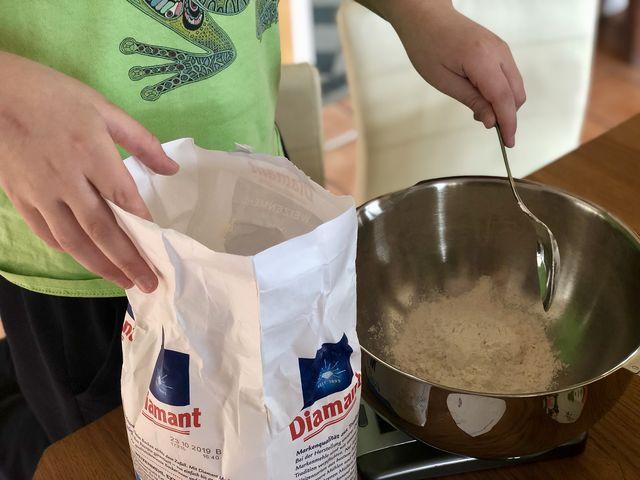 1. Küchenwaage und Rührschüssel bereit gestellt? Dann als erstes 250 Gramm Mehl abgewogen.
