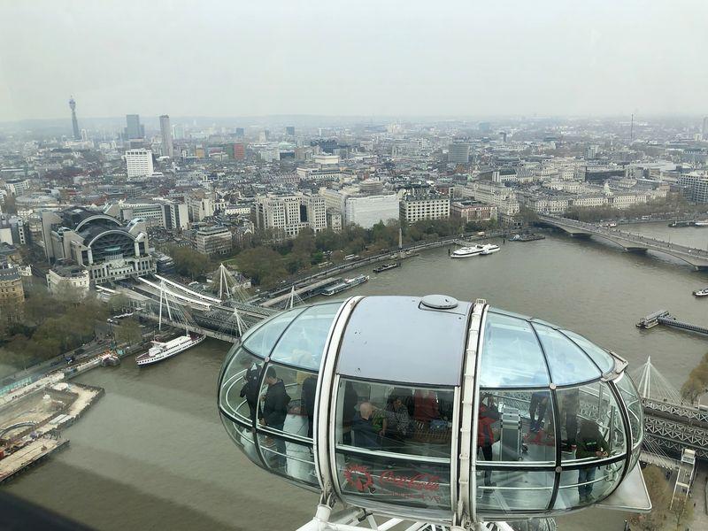 Im Vordergrund die markanten Kapseln des London Eye - im Hintergrund die Stadt: Bild mit Kult-Status.