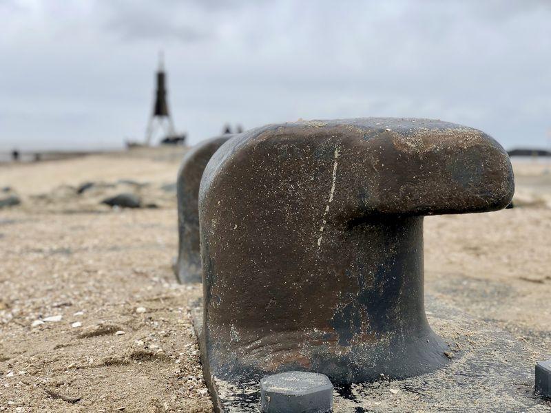 Überall hinterlässt die raue Nordsee ihre Spuren. Mit Stahl und Granit hat das Küstenvolk versucht, Wind und Fluten etwas entgegen zu setzen.