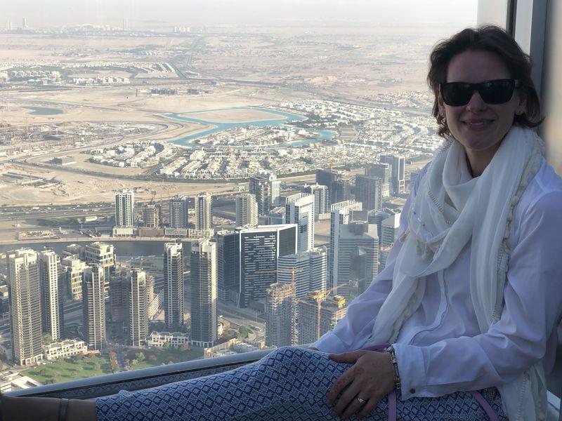 Ein Klassiker unter den Bildern auf der Aussichts-Plattform des Burj Khalifa: dekorativ in die Fensternische platzieren und gaaaaaanz viel Aussicht!
