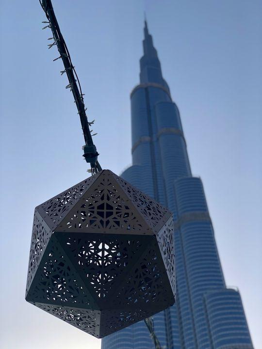 Auf dem Platz vor dem Burj Khalifa erwartet Besucher neben Gastronomie das illuminierte Wasserspektakel Dubai Fountain. Nur im Ramadan geht es hier ruhig zu.