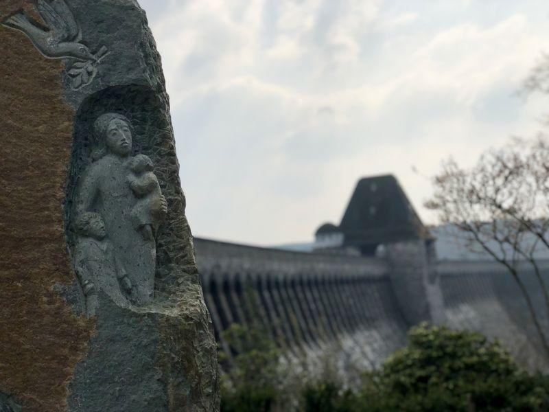 Die Gedenkstätte an der Möhnetalsperre wurde 2015 eingeweiht. Sie soll zugleich Mahnmal des Friedens sein.