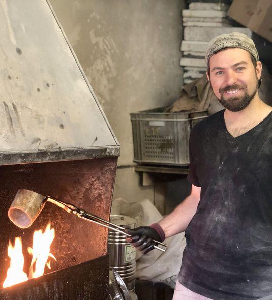 Zunächst einmal erhitzt Hornkammmacher Thomas Petz das Horn im Feuer.