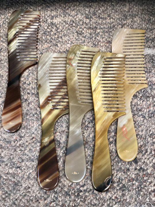 Der große Vorteil des natürlichen Materials: Hornkämme laden sich nicht elektrostatisch auf.