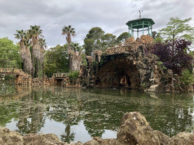 Malerisch: Der künstliche Teich mit den effektvollen Spiegelungen weckt Assoziationen zu Monets Garten in der Normandie.