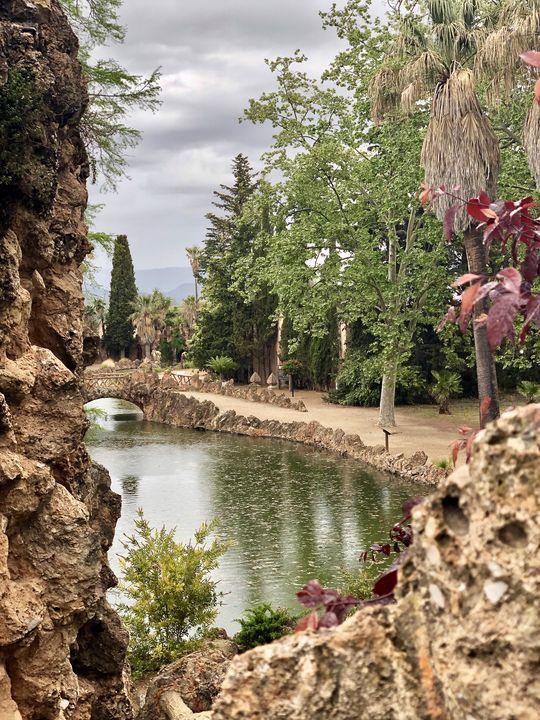 Wie eine Kulisse erscheint der Parc Samà aus dieser Perspektive. Natur und Gestaltung schaffen ein Gesamtkunstwerk.