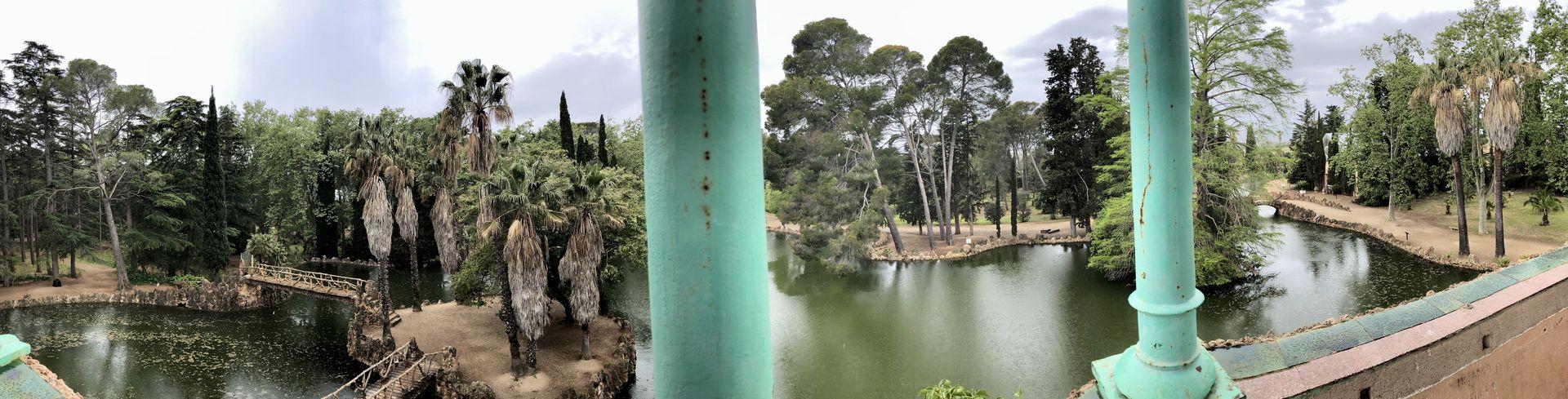 Modernismus und Natur gehen eine eklektische Verbindung ein im Parc Samà. Verantwortlich dafür sind der Baumeister Josep Fontserè i Mestresund sein berühmter Gehilfe: Antoni Gaudí.