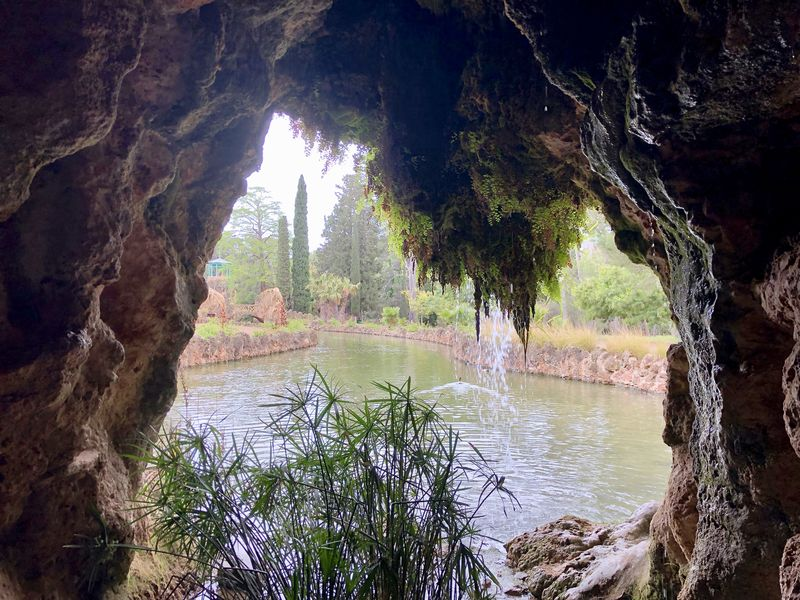 Auch künstliche Wasserfälle legten die Schöpfer des Parc Samà an. In der Grotte waren Aquarien in die Wände eingelassen.