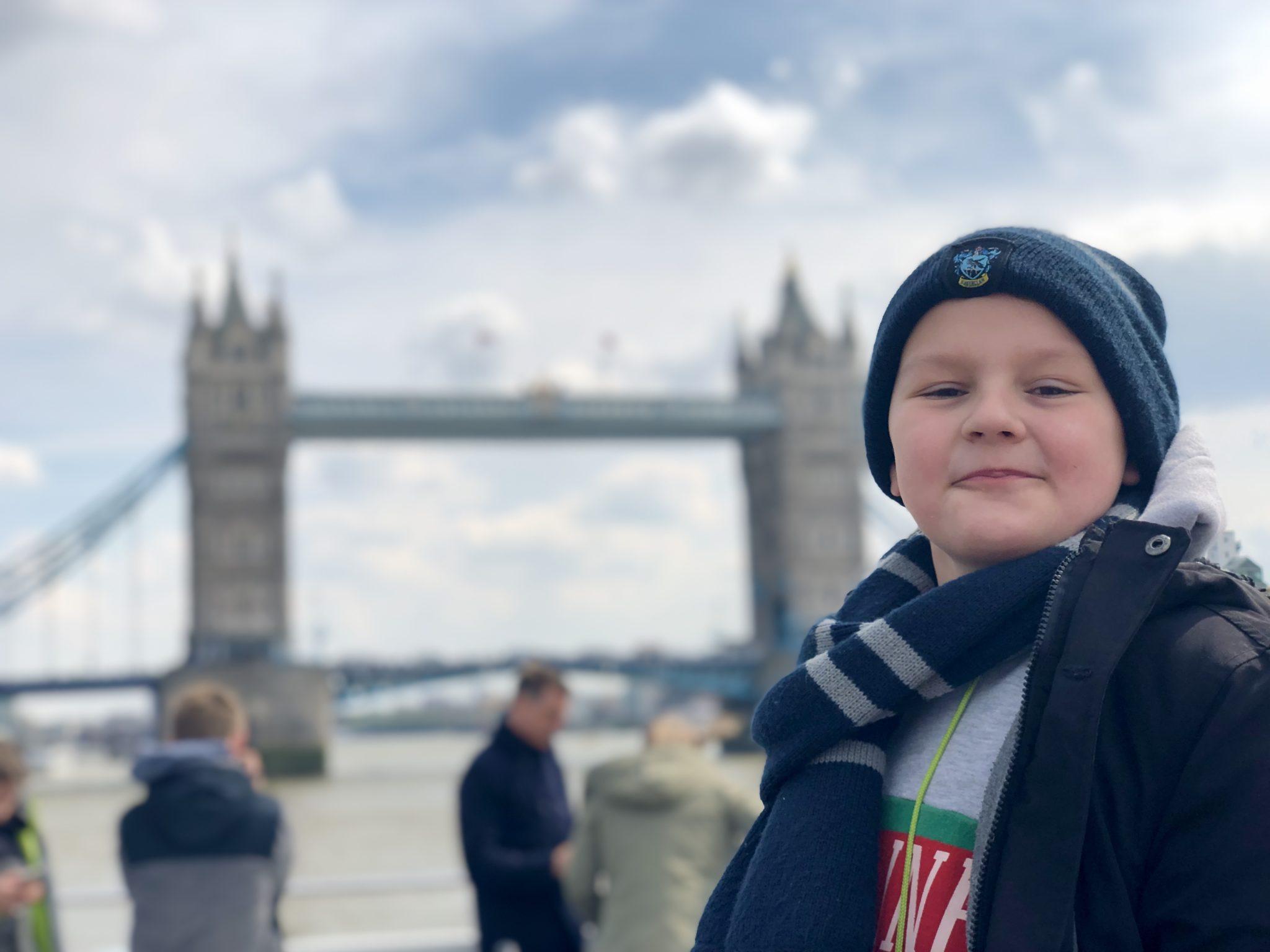 Ein echtes Erlebnis war die Fahrt unter der Tower Bridge hindurch. Ich empfehle: Wer zum ersten Mal nach London kommt, sollte mit dem Boot in die Stadt reinfahren.