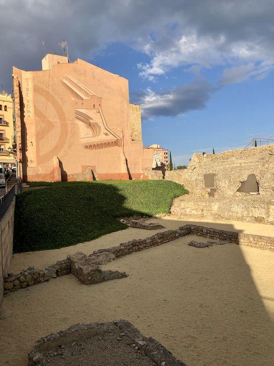 Wo zu viel der historischen Spuren überbaut worden sind, hilft manchmal eine Fassadenmalerei bei der Vorstellung weiter.
