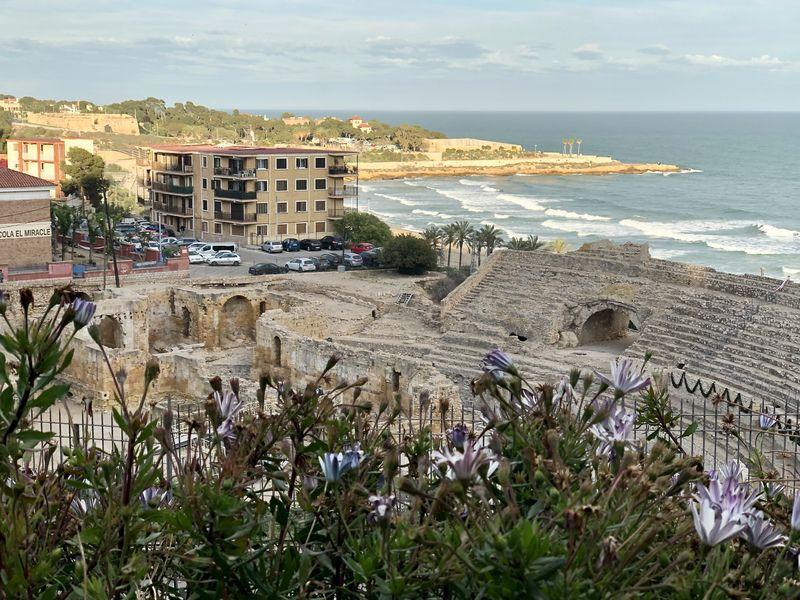 Die moderne Bebauung im Umfeld kann den Charme der antiken Stätte nicht trüben.