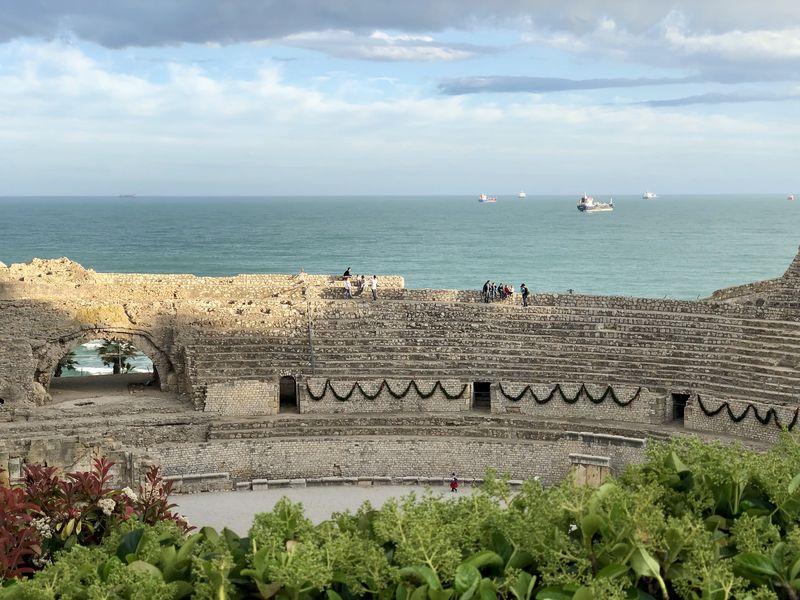 Der Circus ist nicht die einzige Hinterlassenschaft: Das Amphitheater mit dem atemberaubenden Blick über das Mittelmeer ist besser erhalten.