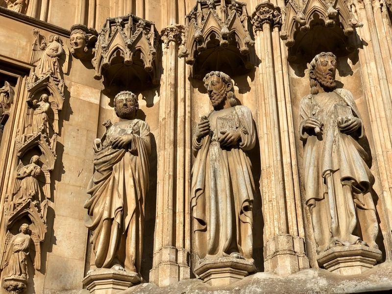 Am spektakulären Hauptportal sind die Figuren der Apostel verewigt.
