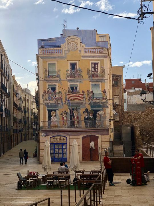 Ein besonderer Augenschmaus ist diese mit der Trompe-Technik verzierte Fassade an der Plaça Dels Sedassos.