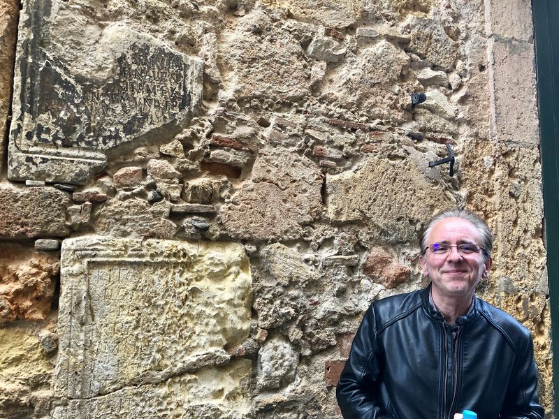 Weitere römische Spuren: Hier wurden Gedenksteine zum Baumaterial für Häuser.