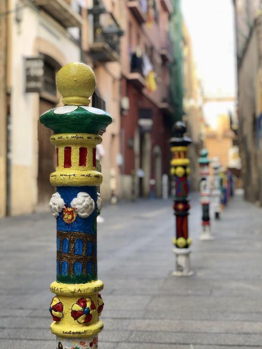 Vereine, Schulen oder andere Gruppierungen: Wer möchte, darf in dieser Straße einen Poller verzieren.