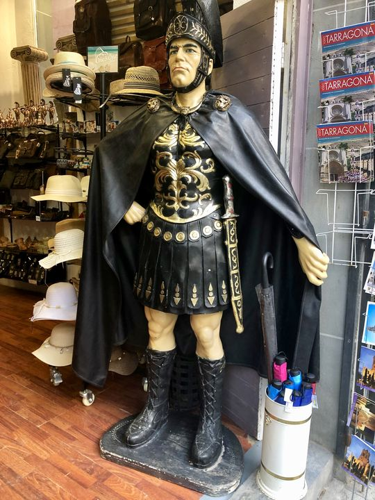 Natürlich darf angesichts einer derart glorreichen römischen Vergangenheit das passende Marketing nicht fehlen: Heutzutage kommt kein Souvenirladen mehr ohne römischen Schnickschnack aus!