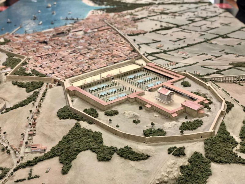 Über allem thronte der Augustus-Tempel. Von dort aus erstreckte sich die Stadt den Hang hinunter bis zum Hafen.
