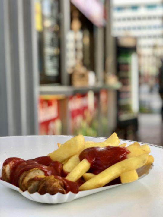 """Currywurst gehört zu Berlin. Noch besser schmeckt sie in Bio-Qualität bei """"Witty's""""."""