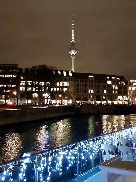 Touristenprogramm mal anders: Bei der weihnachtlichen Lichterglanz-Bootstour erleben wir die Wahrzeichen aus einer neuen Perspektive.