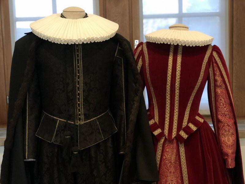 Könnt ihr euch vorstellen, solche Kleidung zu tragen? Für den Burgherren und sein Burgfräulein war das damals ganz selbstverständlich. Die Kleidung zeigte den Stand an.