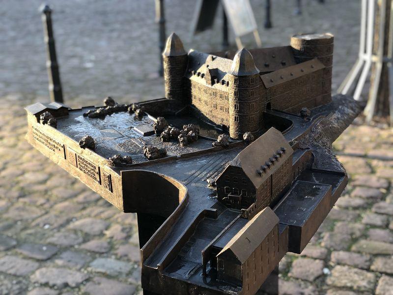 Auf dem Weg zum Eingang entdecken wir ein Bronze-Modell, das das Burggelände zeigt.
