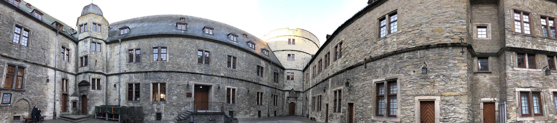 Auch das Panoramabild im Innenhof zeigt den dreieckigen Grundriss der Wewelsburg.