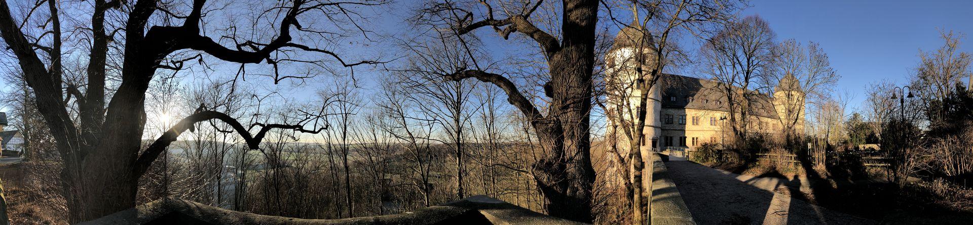 Die Wewelsburg liegt auf einer dreieckigen Felszunge über dem Almetal. Deshalb hat der Baumeister ihren Grundriss auch dreieckig geplant.