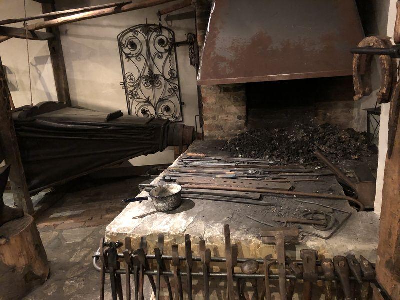 In dem Museum erfährt man, wie die Menschen damals lebten und arbeiteten - die Adligen genauso wie die Handwerker. In der alten Schmiede brauchten die Männer kräftige Muskeln.