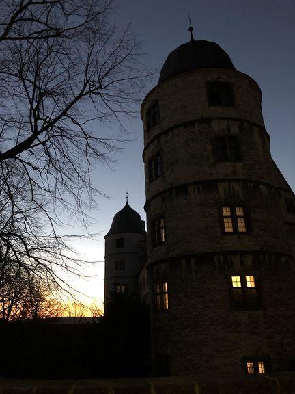 Im Licht der untergehenden Sonne macht die Wewelsburg einen düsteren Eindruck.