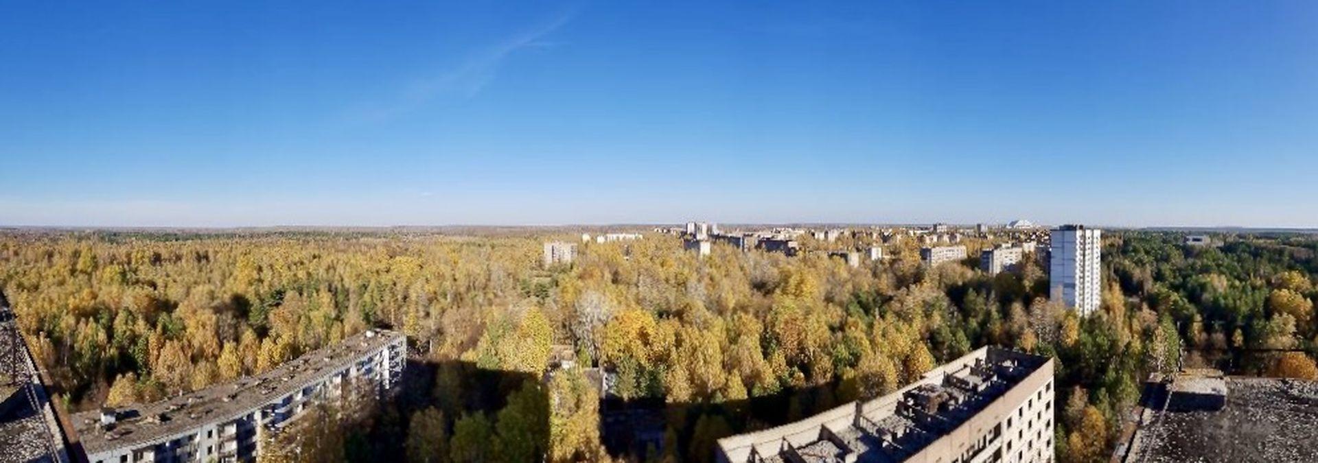 Der Blick über die Sperrzone von Tschernobyl: Zum rechten Bildrand hin ist der Reaktor zu sehen, seit Juli 2019 ummantelt von einer neuen Schutzhülle aus Stahl.