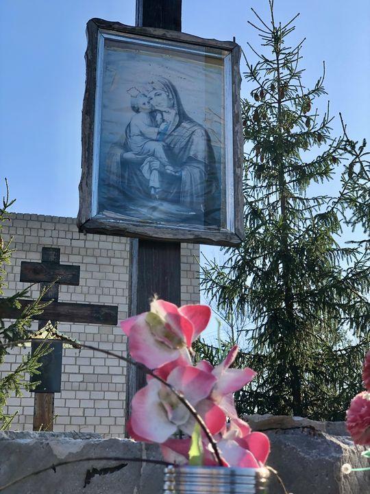 Am Eingang zur Sperrzone von Tschernobyl ist eine Gedenkstätte, an der die Menschen Blumen niederlegen.