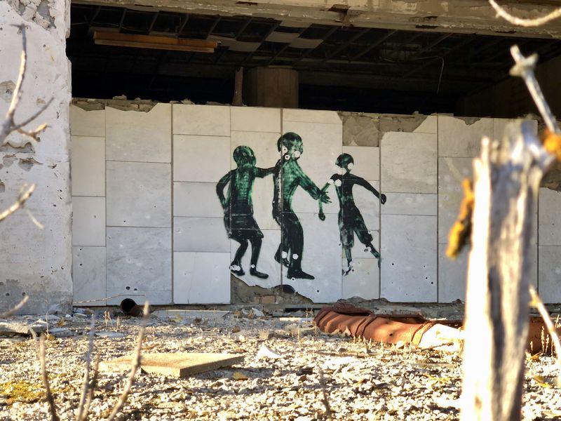 Besuch in Tschernobyl: Dieses Graffiti erinnert an Hiroshima: Dort zeichneten sich nach der Explosion der Atombombe die Schatten der Opfer an der Hauswand ab.