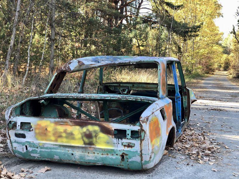 Besuch in Tschernobyl: Ob kontaminiert oder nicht: Plünderer haben diesen Wagen auf den Straßen Prypjats bis zum letzten verwendbaren Teil ausgeschlachtet.