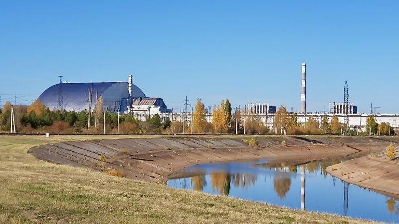 Seit Juli 2019 ist die Schutzhülle an Ort und Stelle. Zusammengebaut wurde sie ein Stück entfernt vom Reaktor - als Schutz vor der Strahlung. Erst nach der Fertigstellung wurde sie auf Schienen über den alten Sarkophag geschoben.