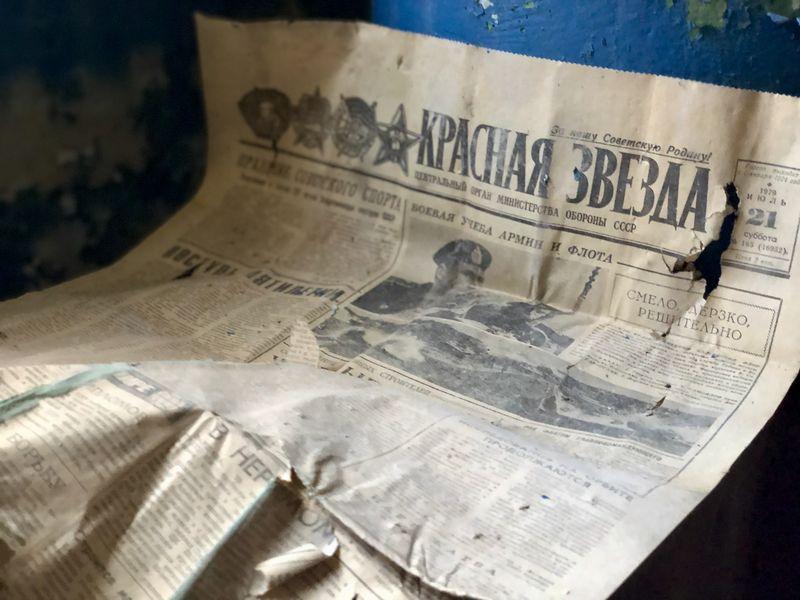 Was mag diese zurückgelassene Zeitung erzählen? Als der Reaktor von Tschernobyl explodierte, war die Informationspolitik zunächst mehr als spärlich.