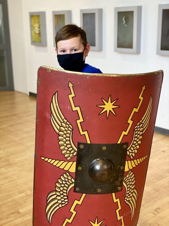 Mal auf Tuchfühlung gehen mit Legionärsausrüstung? Auch das geht im Römermuseum Haltern.