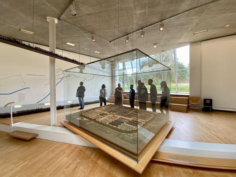 Dieser Schaukasten im Römermuseum Haltern zeigt uns, wie das Lager einst aussah. Die Ausmaße sind gigantisch! 18 Hektar - das entspricht 29 Fußballfeldern! Und alles war top organisiert ...