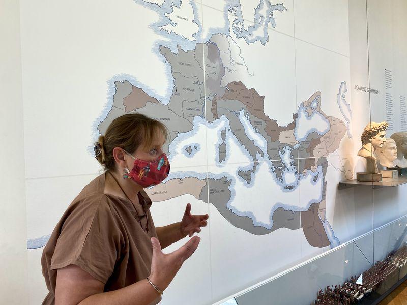 Historikerin und Museumspädagogin Sabine Holländer zeigt uns anhand der Karte im Römermuseum Haltern, was die Römer hierhin gezogen hat.