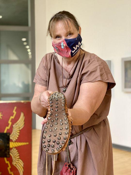 Ein Legionär legt viele Kilometer auf sieben Sandalen zurück. Dafür braucht er gutes Schuhwerk. Historikerin und Museumspädagogin Sabine Holländer präsentiert eine mit 76 Eisennägeln beschlagene Sohle.