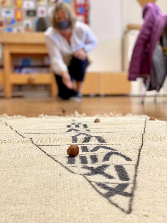 Nüsse kullern war vor allem bei den Kindern beliebt. Entweder galt es, in einen Tontopf zu treffen - oder viele Punkte im Nuss-Dreieck zu holen.