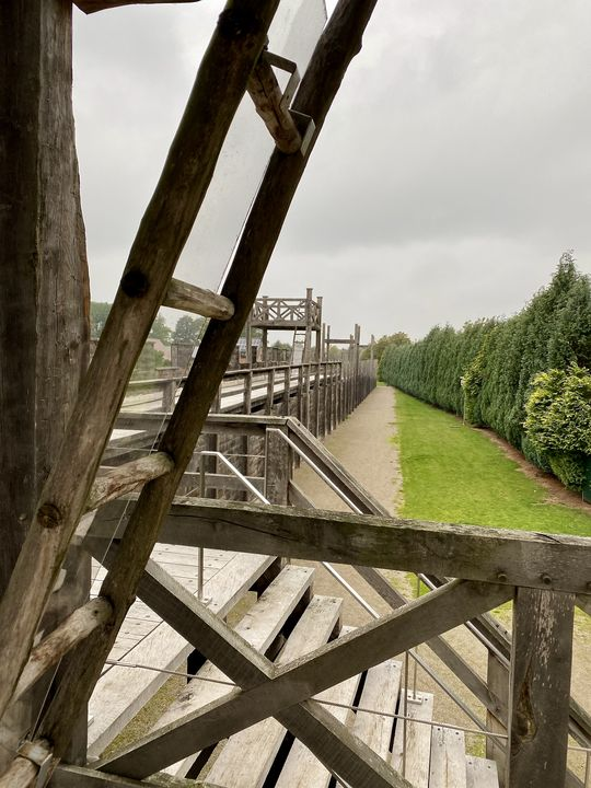 Bei der komplizierten Holzkonstruktion muss man ganz genau hinschauen, um die Bauweise zu verstehen. Ein Wahnsinn, was die Römer vor 2000 Jahren schon wussten!