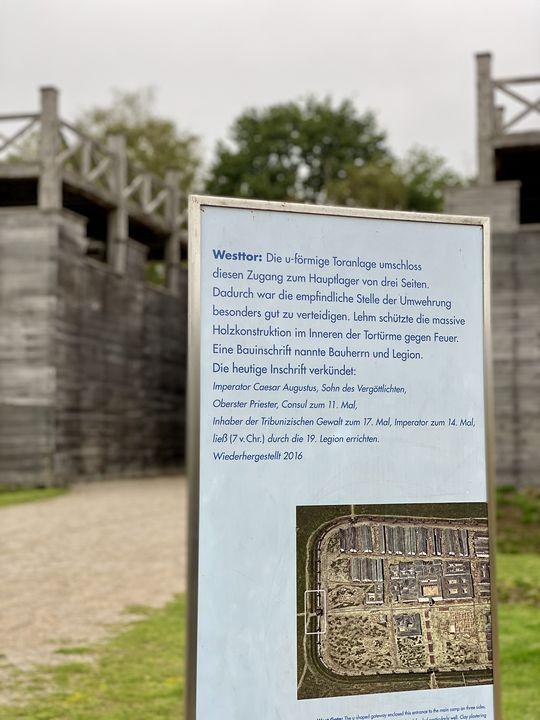 Seit 2016 ist ein Teil der Anlage am ehemaligen Westtor des Römermuseums Haltern rekonstruiert. Was für ein Aufwand!