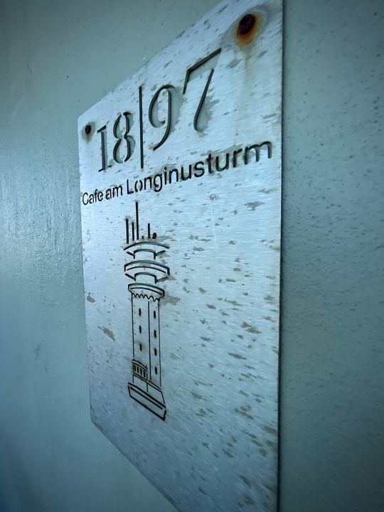 Aus zwei Gründen ist der Longinusturm ein beliebtes Ausflugsziel: Er beherbergt ein Café und ist ein spektakulärer Aussichtspunkt.