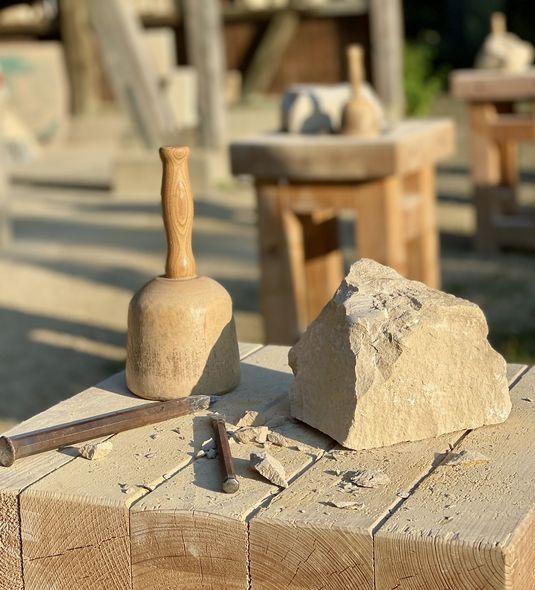 Die Werkzeuge der Steinbildhauer haben sich seit Jahrhunderten kaum verändert.