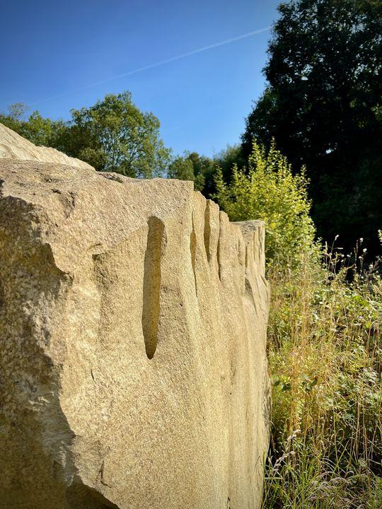 Die Abbautechnik ist nahezu unverändert: In den Stein werden Pflöcke getrieben und die Quader herausgehebelt.